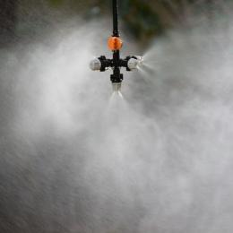 Wiszące anty kroplówki dysza mgły krzyż dysza rozpylająca przeciwmgielne strumień wody do szklarni do nawadniania kropelkowego 1
