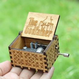 Antyczne rzeźbione Music Box gra o tron Music Box Star War ojciec chrzestny drewniane korby ręczne motyw muzyczny Caixa De Music